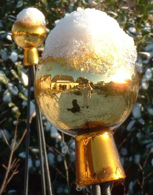 Gartenkugeln mit Schneemützchen