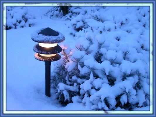 Gartenwegbeleuchtung im Schnee