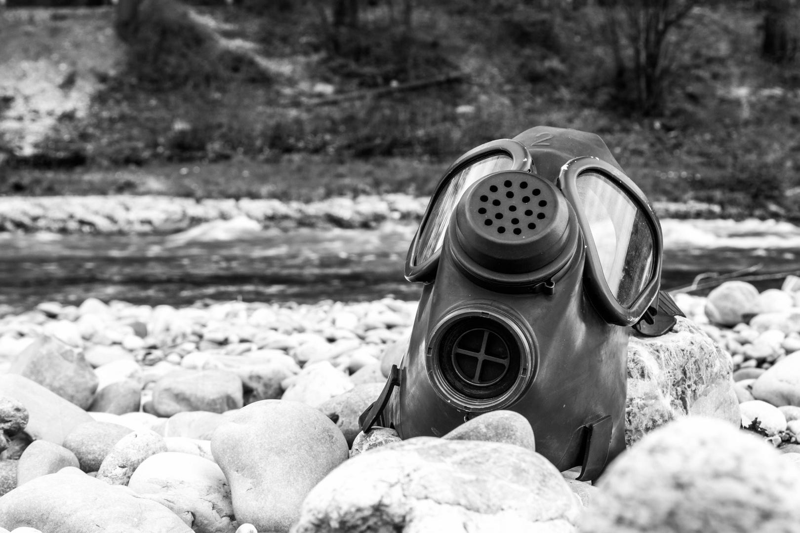 Gasmaske an Flussbett