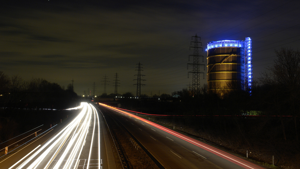 Gasometer bei Nacht