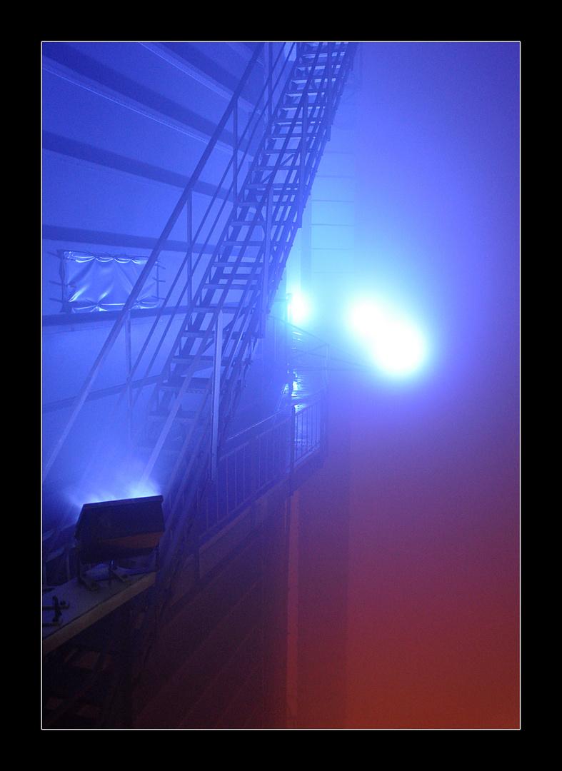 Gasometer im dichten Nebelfeld