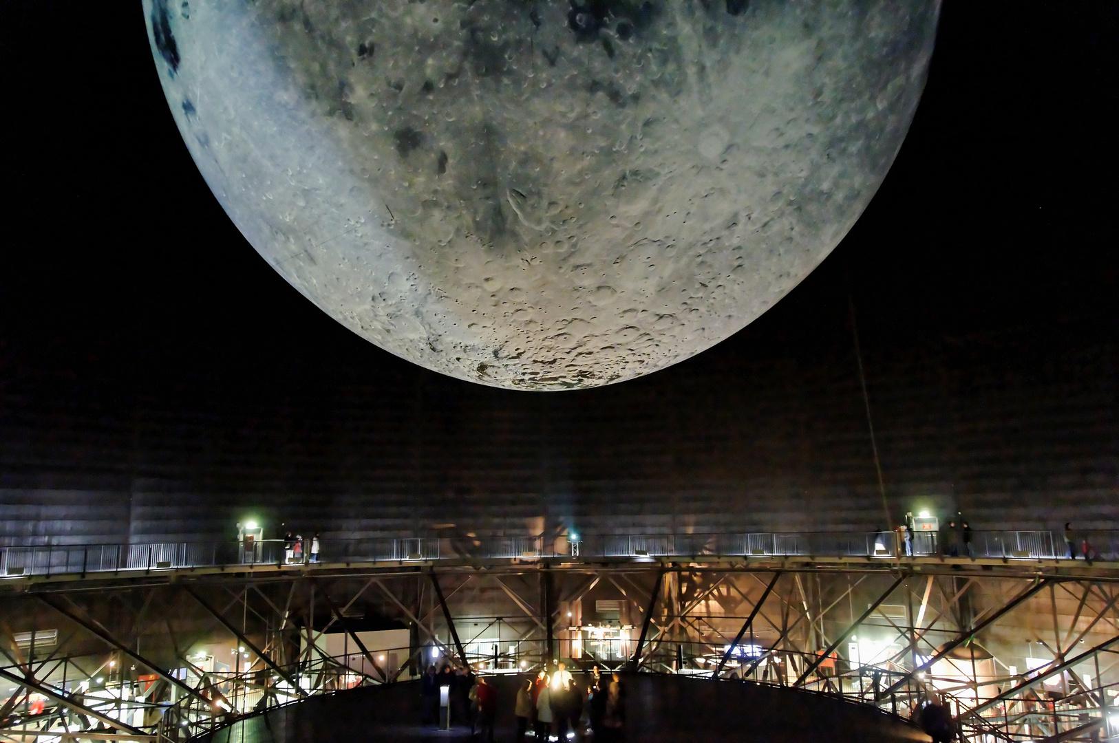 Gasometer Oberhausen mit Mond