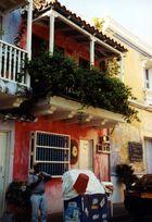 Gasse in der Altstadt von Cartagena (Kolumbien)