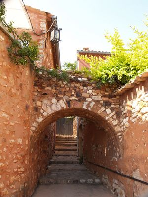Gasse in Roussillon in der Provence