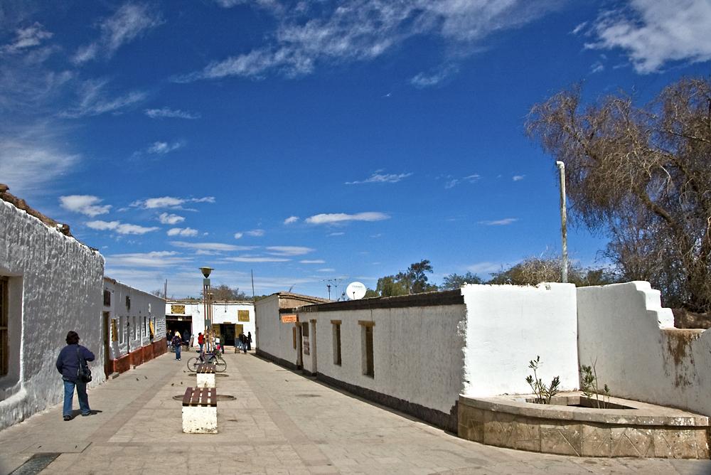 Gasse in San Pedro de Atacama ... wie kommt der Fleck rechts auf die Mauer  ?