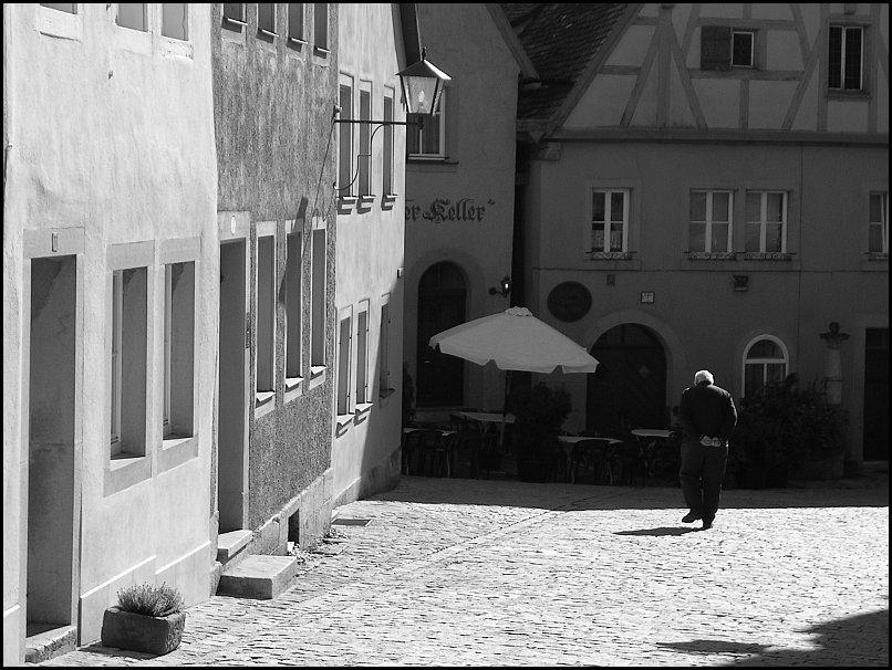 Gasse mit Mann (Rothenburg)