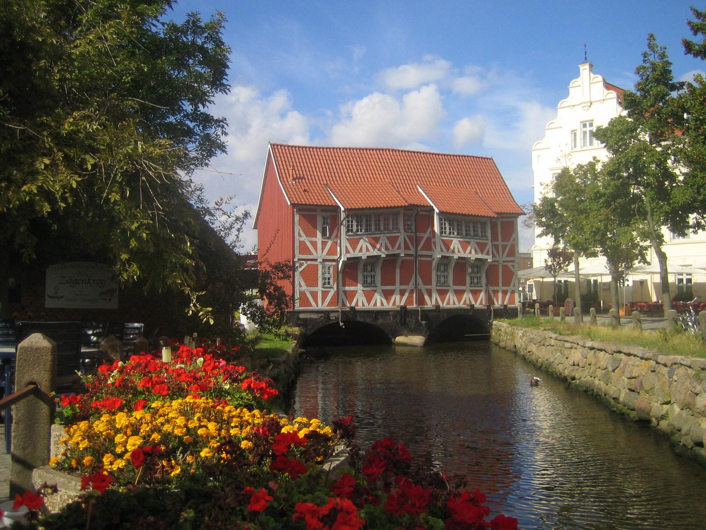Gebäude am Wasser