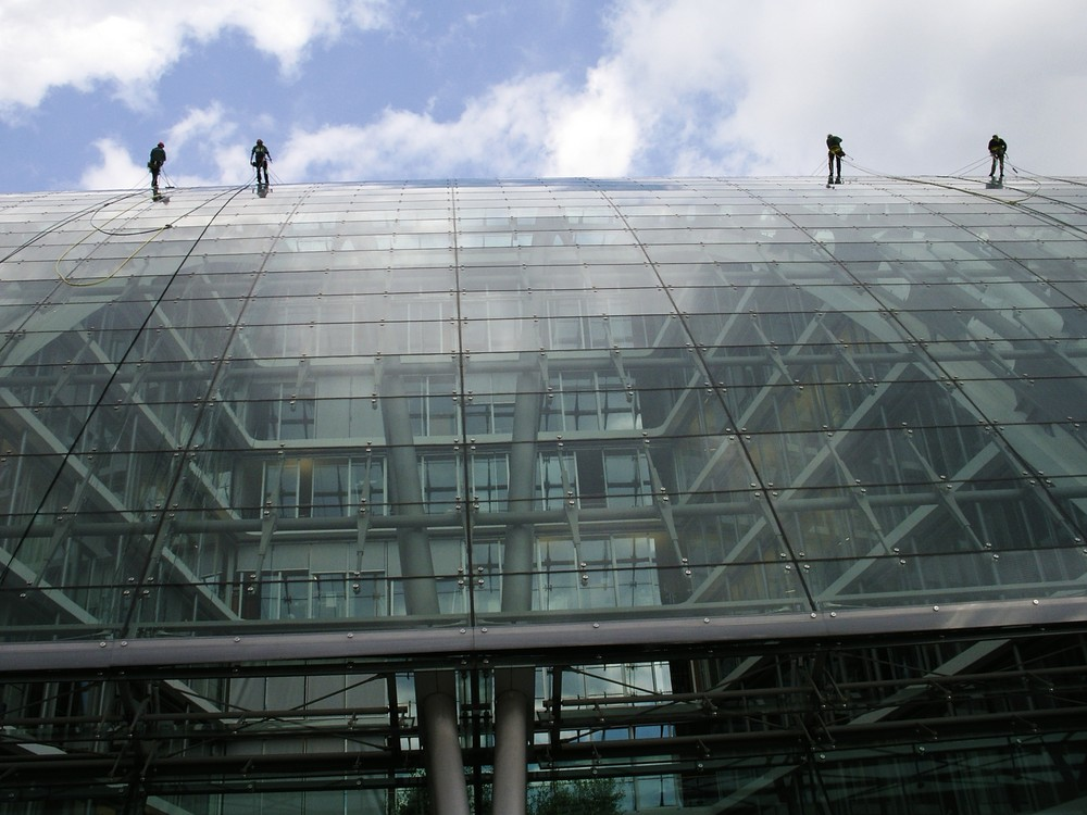 Gebäudereiniger auf Glasdach
