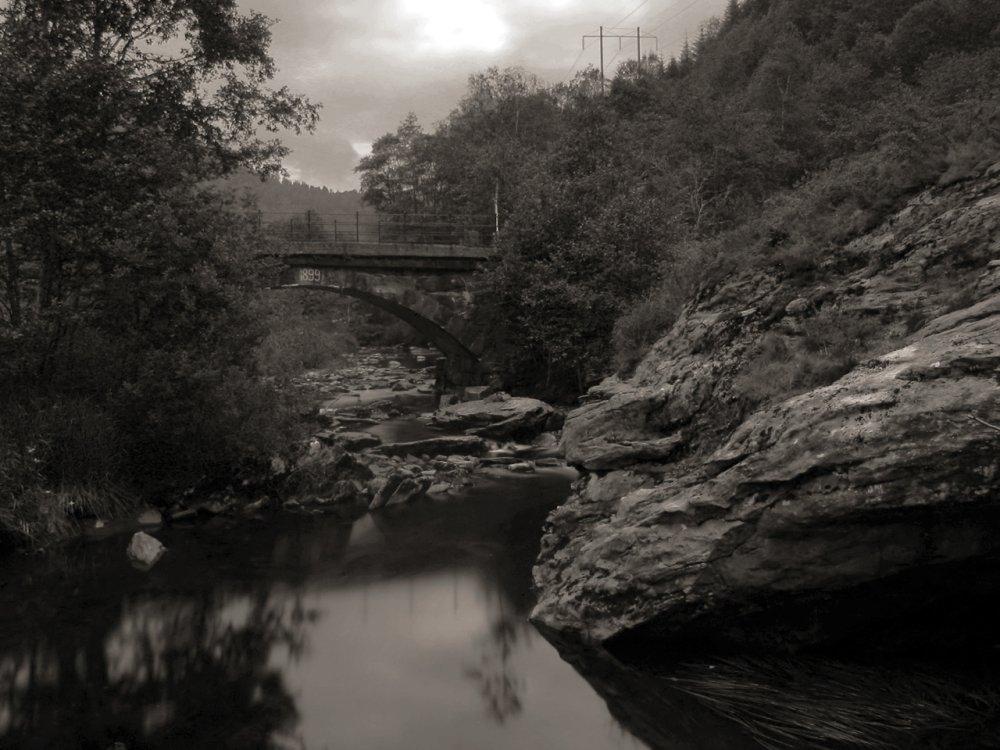 Gebirgsbach mit Brücke in Norwegen
