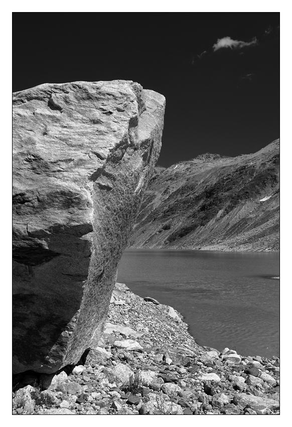 Gebirgslandschaft mit Stein und See (ersterer dominierend)