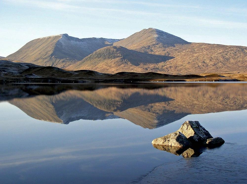 Gebirgssee in den schottischen Highlands