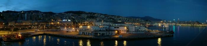 Gebogener Hafen bei Nacht - Genua-