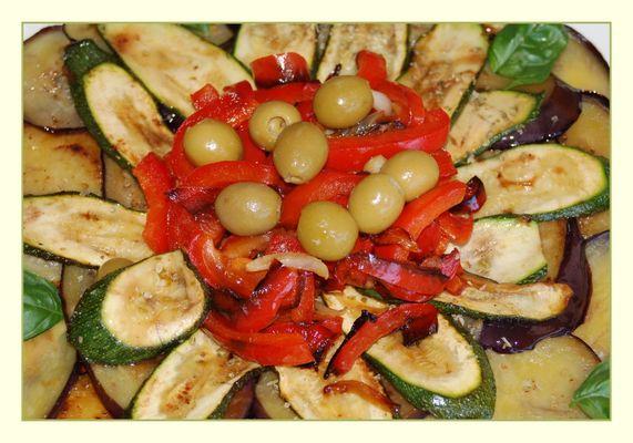 Gebratenes und mariniertes mediterranes Gemüse