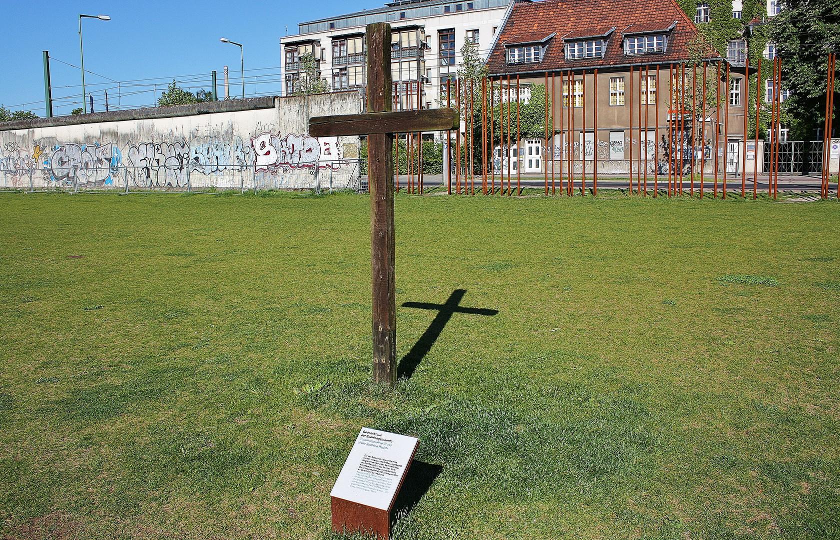 Gedenkkreuz auf dem Sophienfriedhof