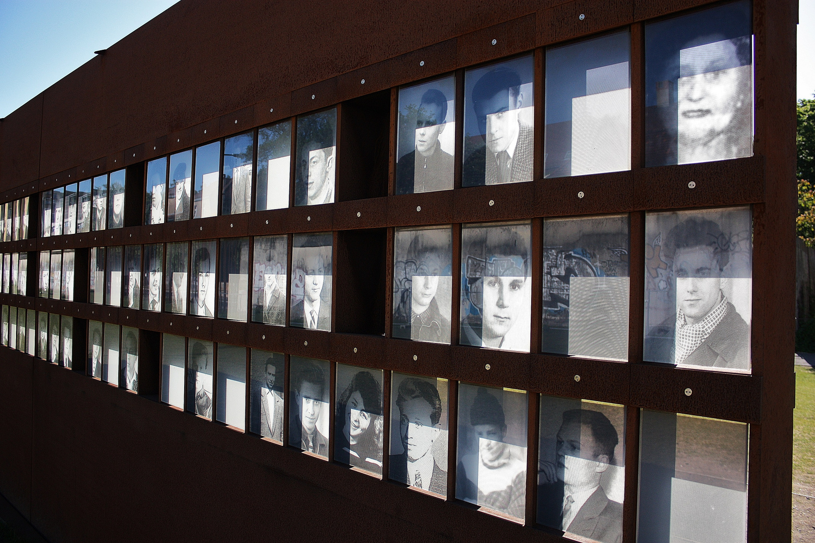 Gedenkmauer an der Bernauer Straße in Berlin-->