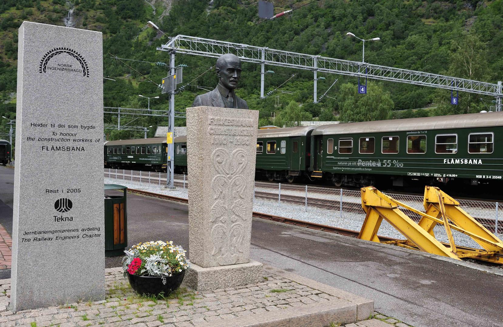 Gedenktafel an die Erbauer der Flambahn im Bahnhof in Flam