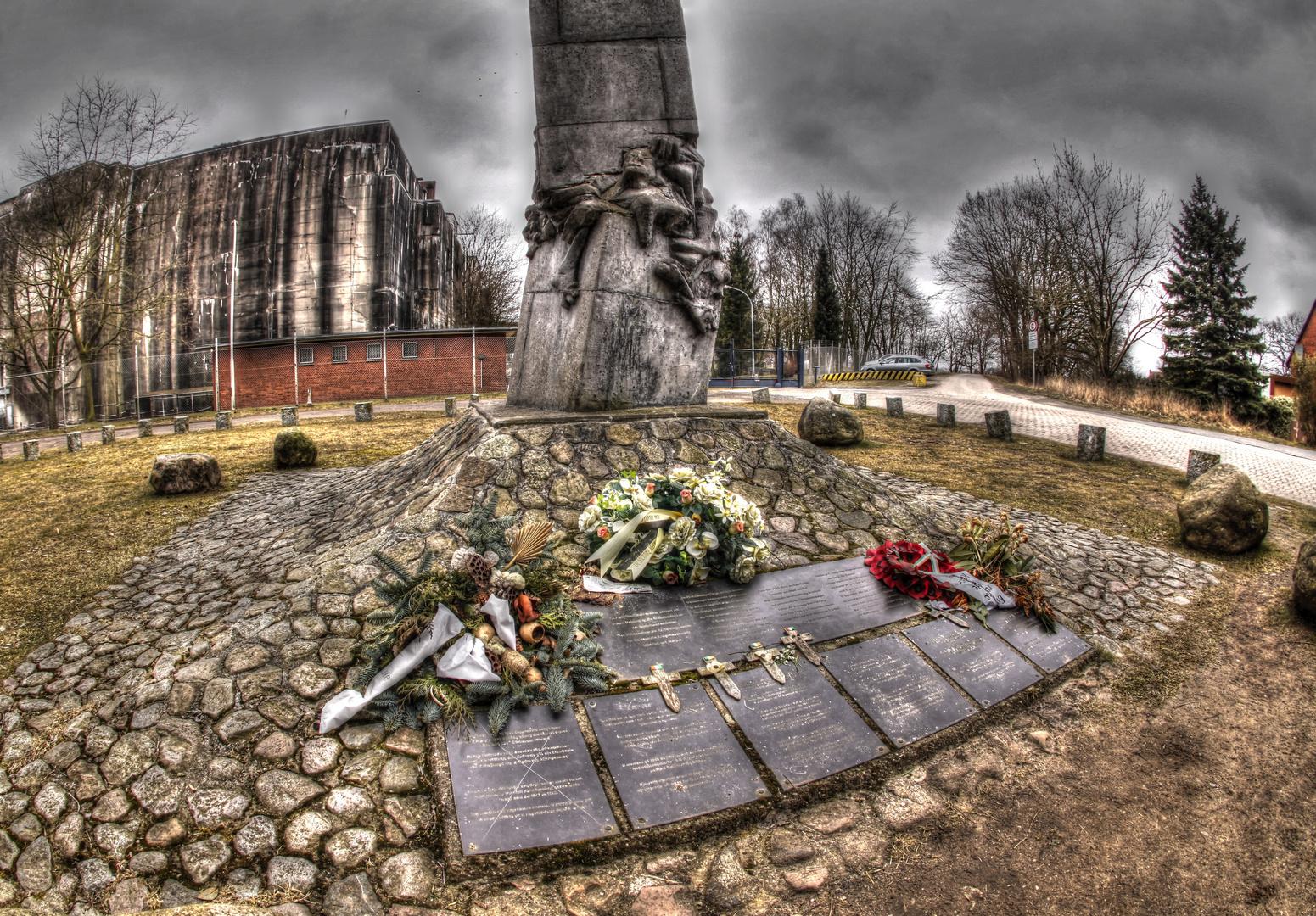 Gedenktafel vor dem U- Boots Bunker Valentin
