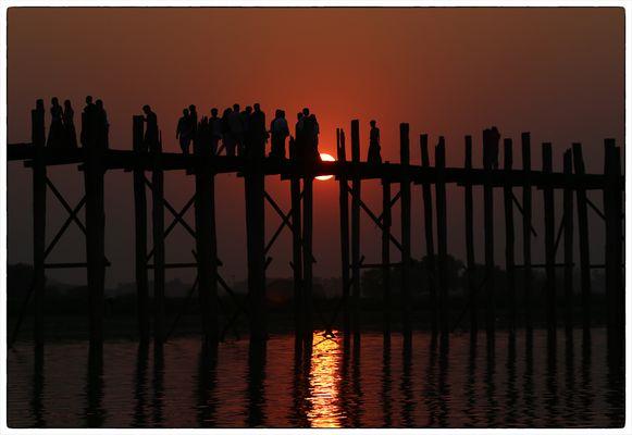 Gedränge auf der U-Bein-Brücke