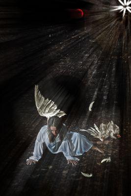 Gefallener Engel mit gebrochenen Flügeln