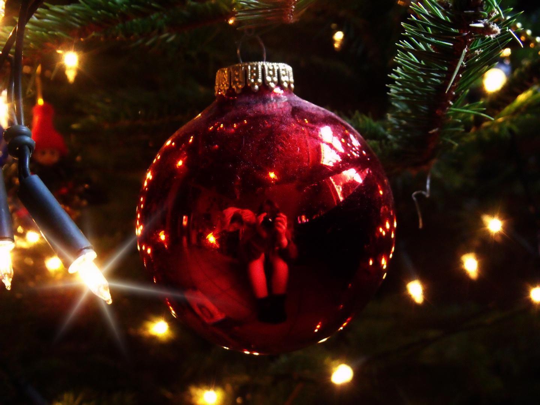 Gefangen in einer Christbaumkugel