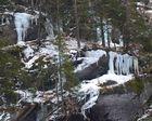 gefrorene Wasserfrälle knapp unterhalb der Baumgrenze