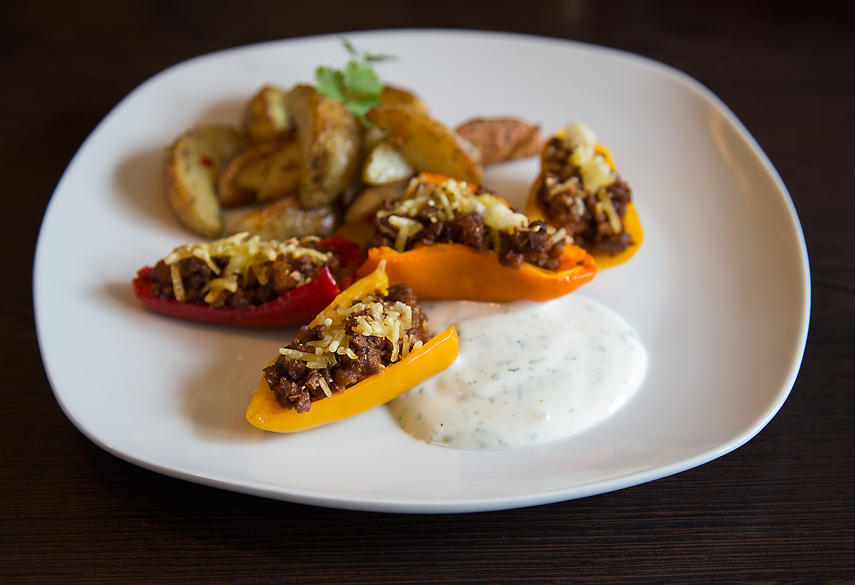 Gefüllte Paprika mit Kartoffelecken und Kräuterdip