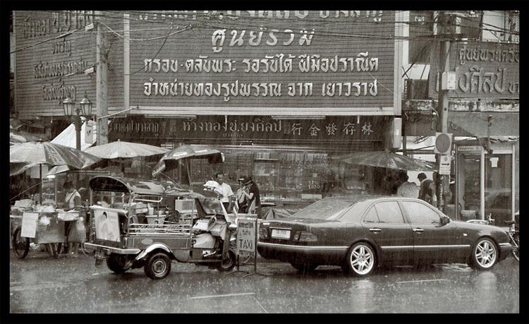 GEGENSÄTZE...Bangkok im Regen