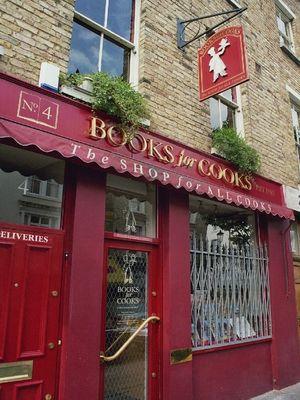 "Gegenüber dem berühmten ""Travel Book Shop"""