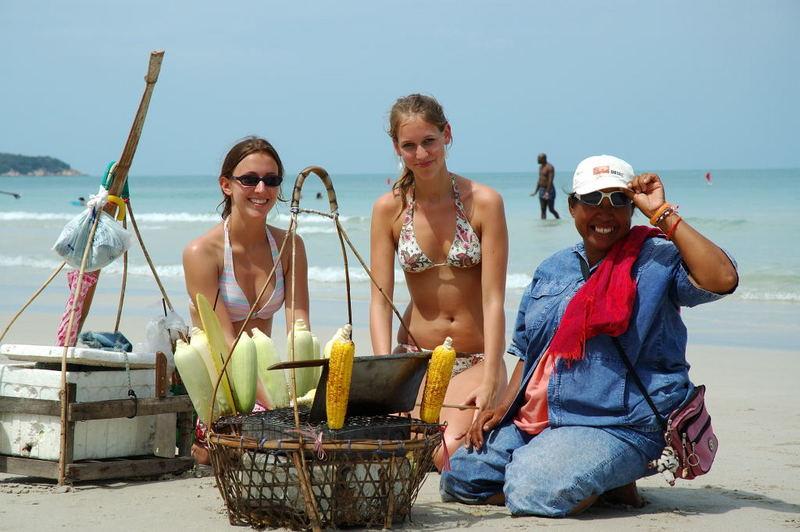 Gegrillte Maiskolben am Strand