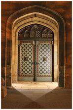 Geheimnisvolle schiefe Tür