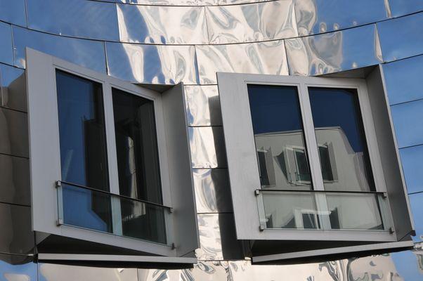 Gehry-Bauten - Spiegelung in Fenster