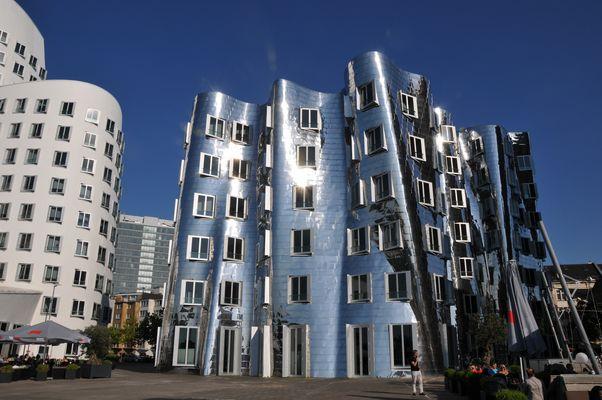 Gehry-Bauten - Vorderansicht 2