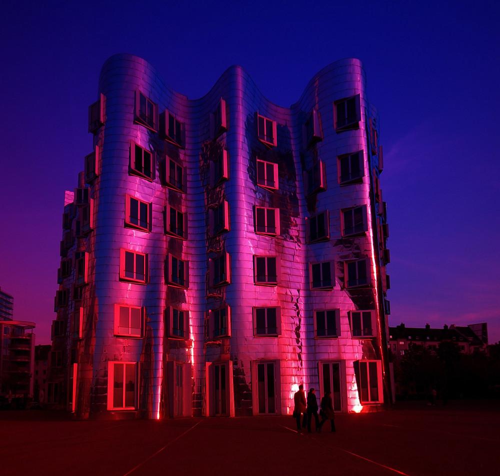 Gehryhaus im Abendlicht