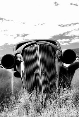 Geister-Auto frontal, Schwarz-weiß-Version