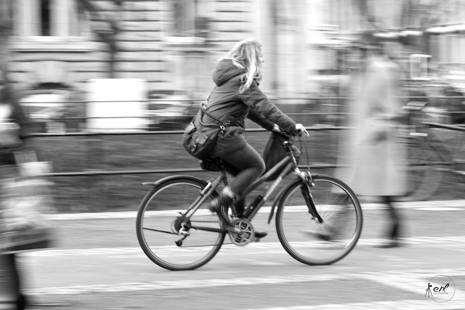"""Geister""-Gänger auf dem Fahrradweg"
