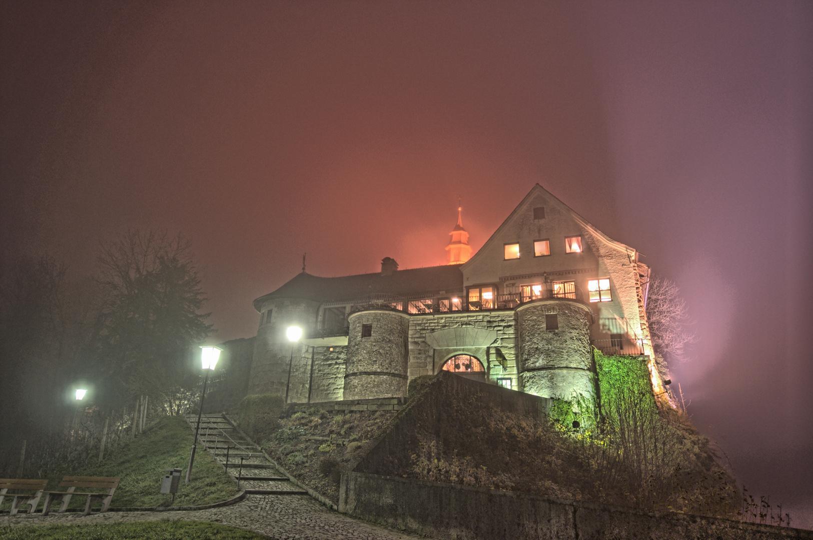 Geisterburg im Nebel