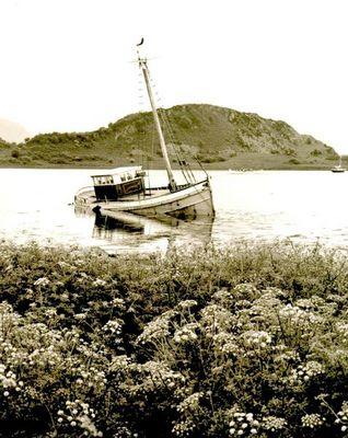 Gekentertes Boot im Nordwesten Schottlands