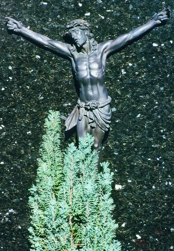 Gekreuzigter auf Grabstein