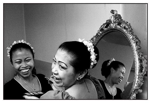 Gelächter und ein Spiegel