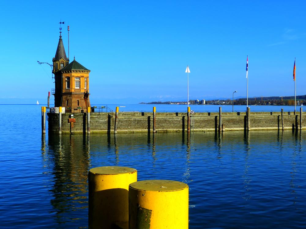 Gelb und Blau am See