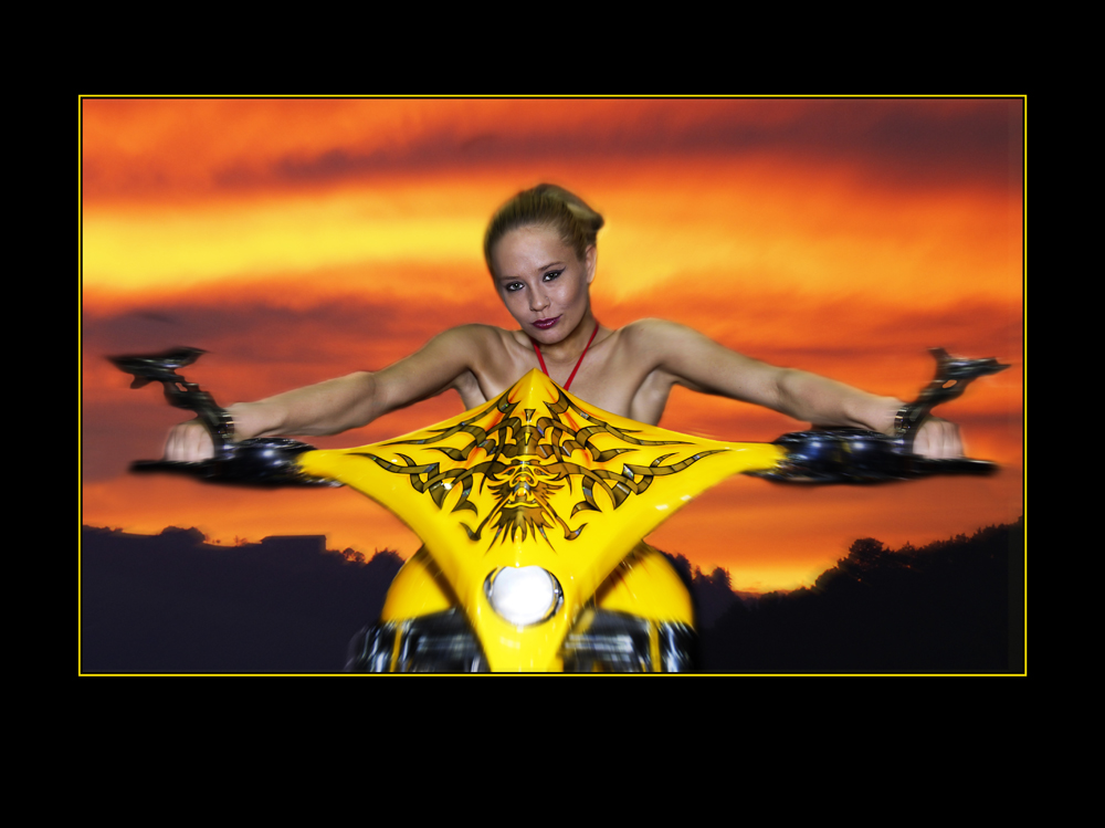 Gelbe Bikerin