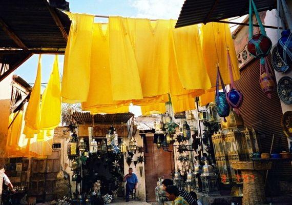 Gelbe Hemden im Souk