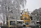 gelbes Haus im Winter