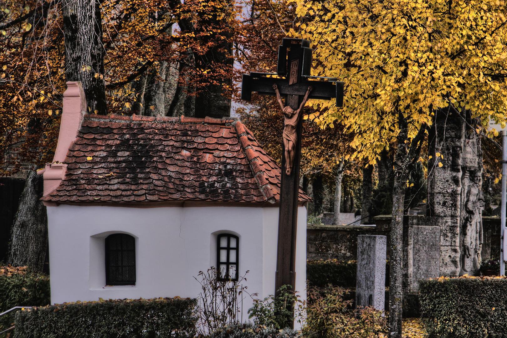 gelbes laubblatt auf kapellendach