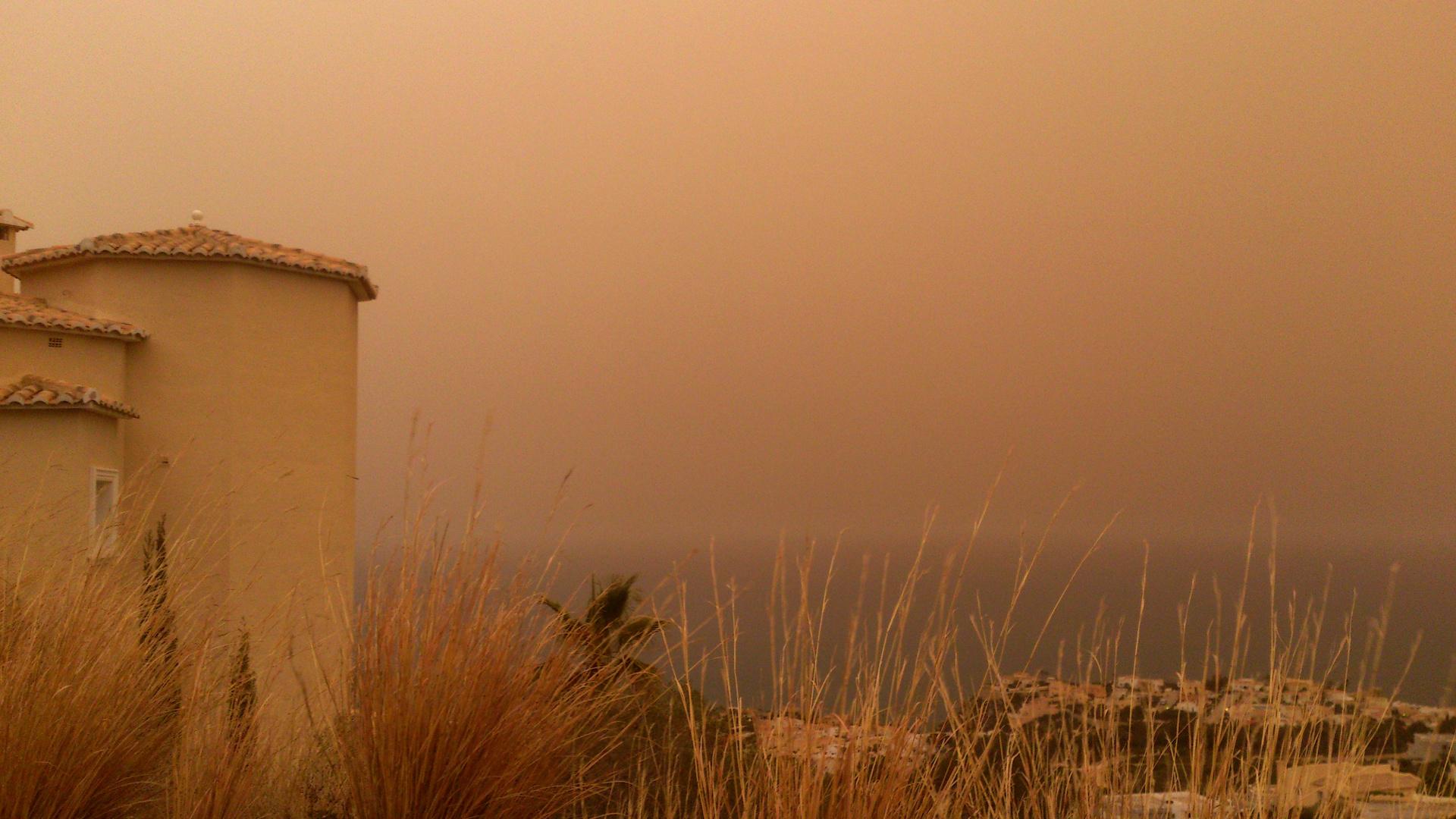 Gelbes Sahara-regen hat Mittelmeerküste erreicht. ( März 2014)