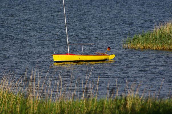 gelbes Segelboot