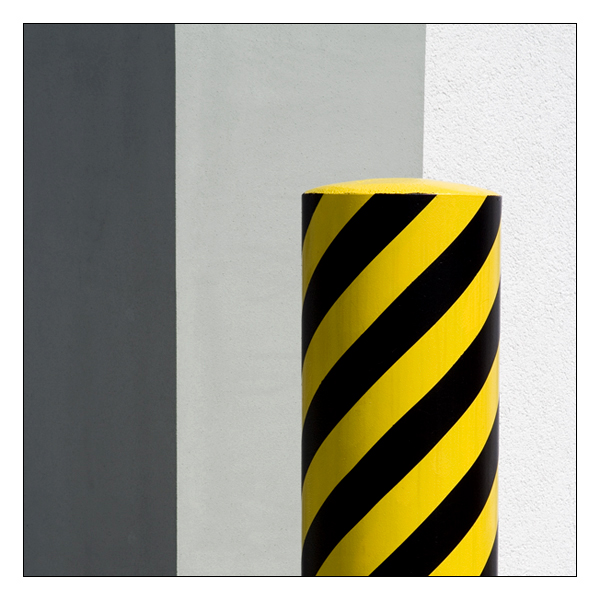 - gelb/schwarz auf grau gestuften Hintergrund -