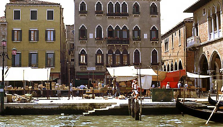 Gemüse-Markt am Canale Grande in Venedig