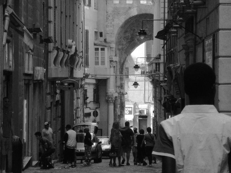 Genova, scene da carruggi