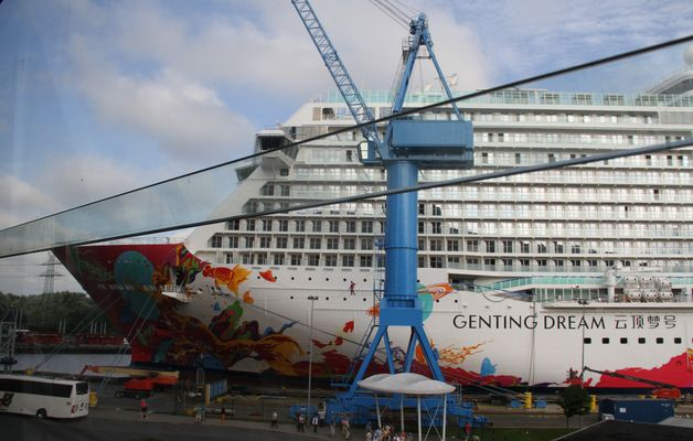 Genting Dream vor der Meyer Werft